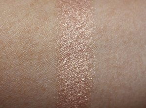 ilbury-hollywood-superstar-glow-highlighter-swatch.jpg